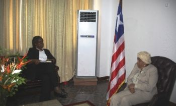 Amb  Linda Thomas-Greenfeild and President Sirleaf hold  discussion.