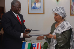 Presidents Koroma and Sirleaf, after signing the communique.