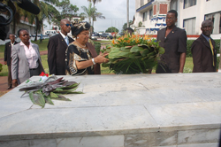 President Sirleaf lays a wreath on the grave of President Tubman.