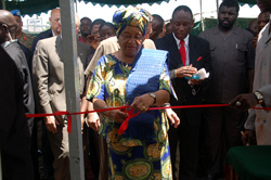 President Sirleaf cuts the ribbon for a diamond center in Tubmanburg, Bomi County.