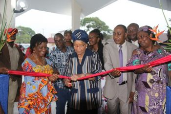 President Sirleaf cuts ribbon during dedicatory ceremony at JFK