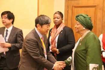 President Sirleaf interacts with Japanese Prime Minister Abe during TICAD VI.