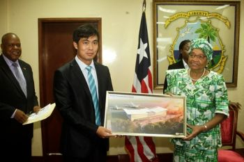President Sirleaf receives gift from a member of the Chinese delegation.
