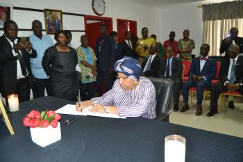 President Sirleaf signs Book of Condolence.