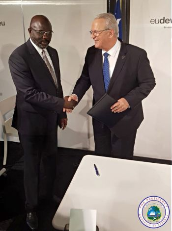 President Weah shakes hands with EU official following signing of Economic Partnership Agreement.