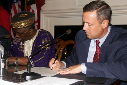 Superintendent Jackson and Governor O'Malley signing the MOU.