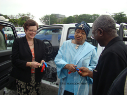 President Sirleaf turning over keys of vehicles to SSS Director, Victor helb.